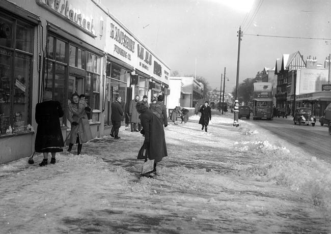 Snow scenes in Southampton. 15th Dec 1950.  ?? THE SOUTHERN DAILY ECHO ARCHIVES.  Ref  8527