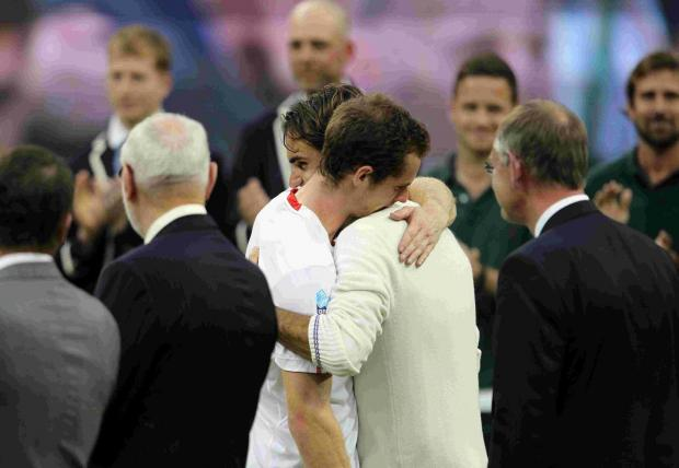 Murray and Federer embrace after Federer's win
