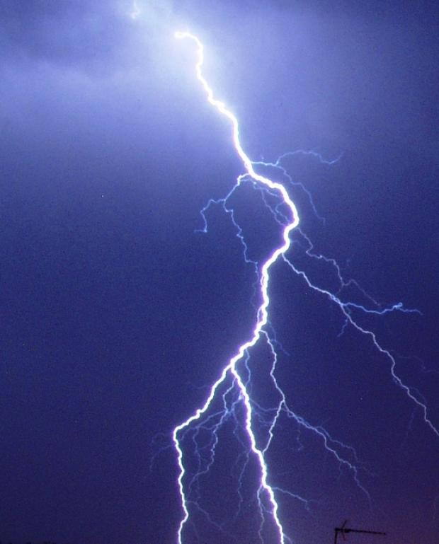 1,200 homes in black-out after lightning strike