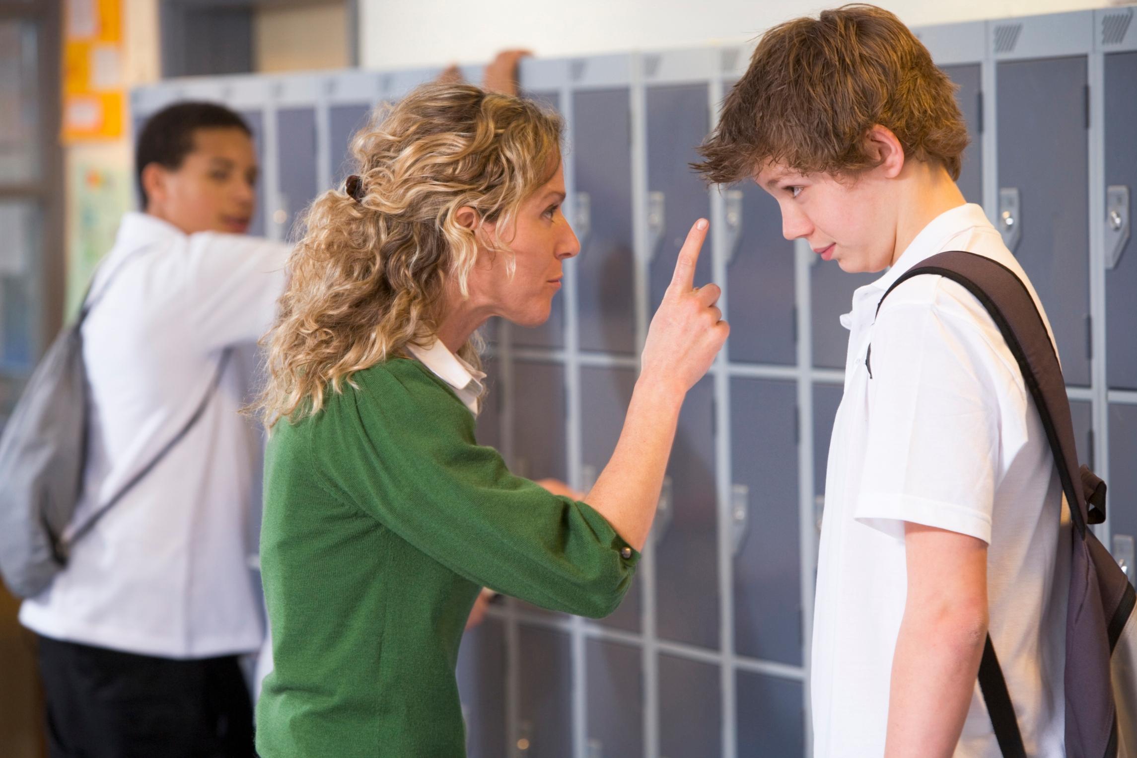 Учитель наказывает ученицу за опоздание 8 фотография