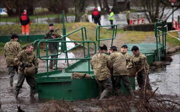 Army joins battle to fight the floods in Romsey