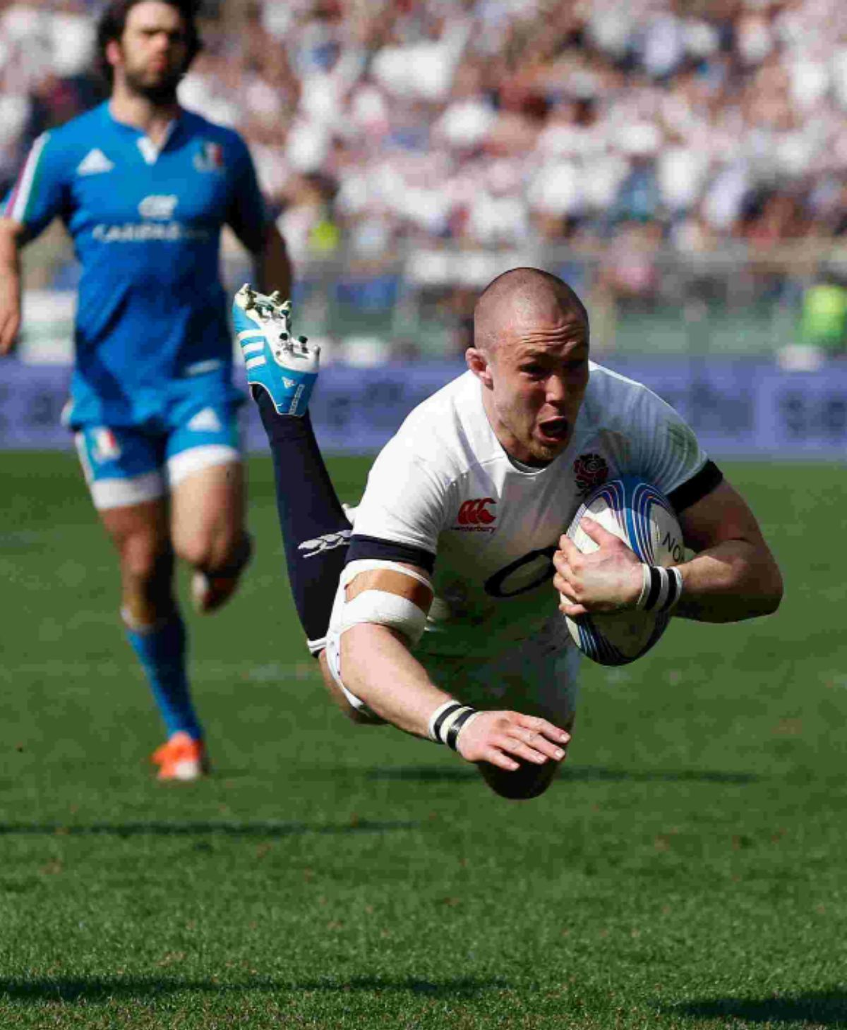 Mike Brown scores a try against Italy
