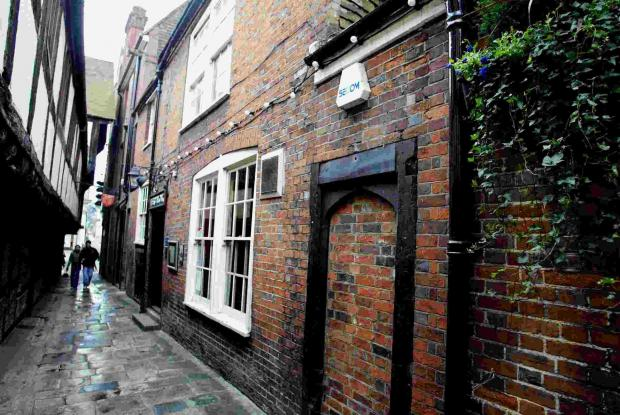 Hampshire pub at centre of ghost hunt