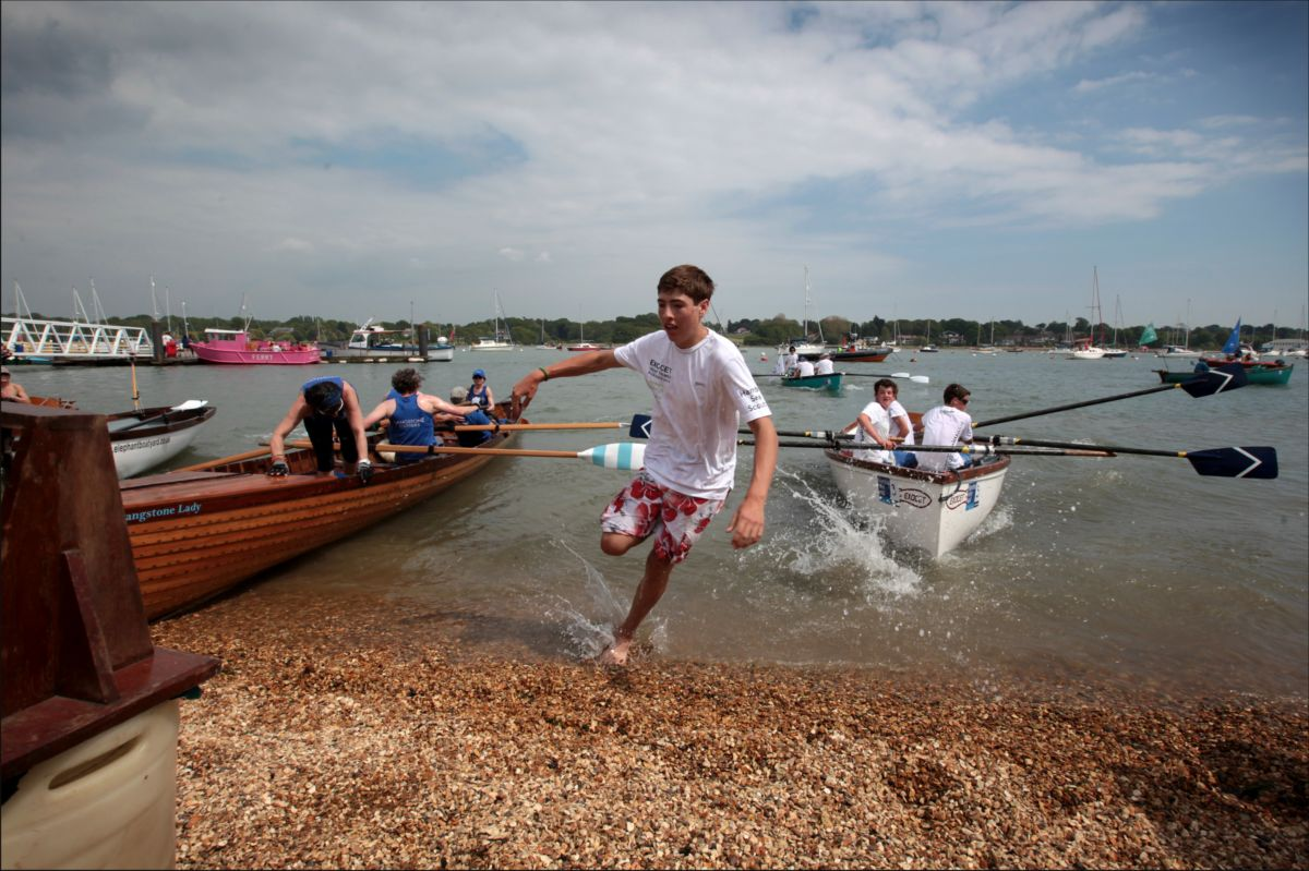 Hundreds bask in glorious sunshine to watch Hamble River Raid