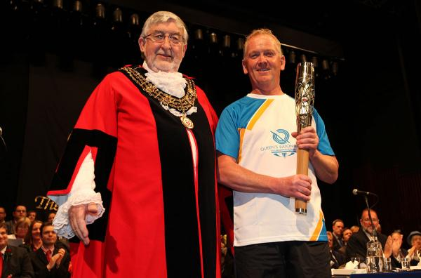 Queen's Baton prestned by mayor as relay continues