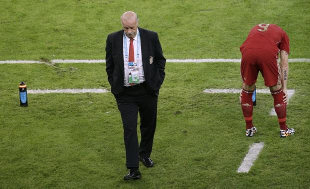 Daily Echo: Spain's head coach Vicente Del Bosque, left, walks through the coach zone during the group B World Cup soccer match between Spain and Chile at the Maracana Stadium in Rio de Janeiro, Brazil, Wednesday, June 18, 2014.  (AP Photo/Christophe Ena). (73040