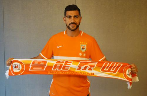Graziano Pelle with his Shandong Luneng scarf